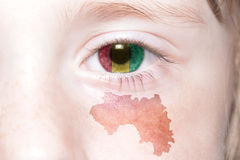 Human& x27; s-Gesicht mit Staatsflagge und Karte der Guine lizenzfreie stockfotografie