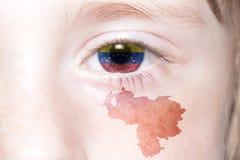 Human& x27; s gezicht met nationale vlag en kaart van Venezuela royalty-vrije stock afbeeldingen