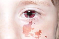 Human& x27; 与丹麦的国旗和地图的s眼睛 库存照片