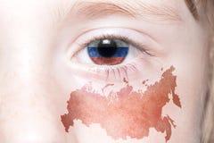 Human& x27; 与俄罗斯的国旗和地图的s面孔 图库摄影