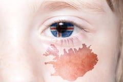Human& x27; 与冰岛的国旗和地图的s眼睛 免版税图库摄影
