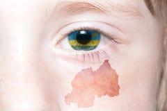 Human& x27; 与卢旺达的国旗和地图的s面孔 库存图片