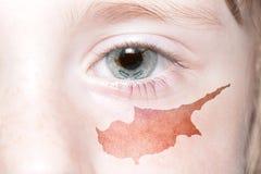 Human& x27; 与塞浦路斯的国旗和地图的s眼睛 库存照片