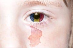Human& x27; 与孔屑国旗和地图的s面孔  库存照片
