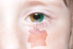 Human& x27; 与棚divoire国旗和地图的s面孔  图库摄影