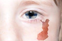Human& x27; 与芬兰的国旗和地图的s眼睛 库存图片