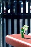 Humanized диаграмма сделанная из батареи AA держит в плакате рук с символом тэты дня земли Принципиальная схема праздника Скопиру Стоковое фото RF