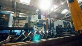 Humano-como cyborg está navegando una tableta en premisas de fábrica metrajes