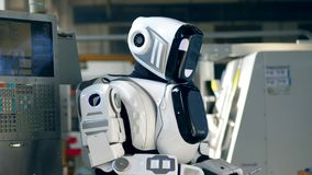 Humano-como droid está actuando una tableta en una unidad de la fábrica metrajes