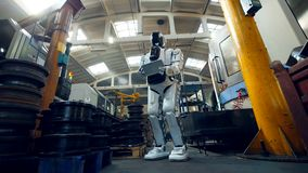 Humano-como el robot está examinando premisas de fábrica almacen de metraje de vídeo