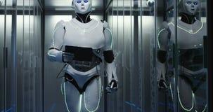 Humanoid robot som går till och med en datorhall stock video