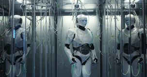 Humanoid robot som kontrollerar serveror i en datorhall arkivfilmer