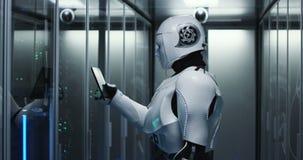 Humanoid robot som kontrollerar serveror i en datorhall lager videofilmer