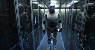 Humanoid robot som vinkar till kameran arkivfilmer