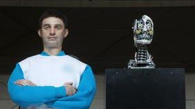 Humanoid robota mężczyzna na scenie Nowatorski rozwój w robotyce i sztucznej inteligencji Android prezentacja zdjęcie wideo