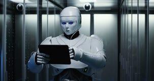 Humanoid robotarbete i en datorhall lager videofilmer