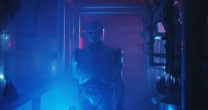 Humanoid robotarbete i en r?k fylld labb arkivfilmer