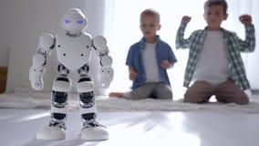 Humanoid robotdanser och showförehavanden för vänner hemma, moderna robotic teknologier arkivfilmer