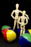 Humanoidpaare, die mit jonglierenden Kugeln umarmen Stockfotografie