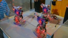 Humanoidrobotar som dansar på den robotic showen royaltyfri bild