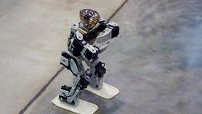 Humanoidrobotdans lager videofilmer