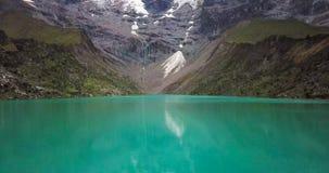 Humantaymeer in Peru op Salcantay-berg in de Andes bij 5473m hoogte, luchtvideo stock videobeelden