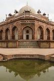 Humayun's gravvalv och dess reflexion i vatten i Delhi Arkivfoton