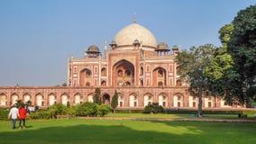 Humayun Tomb in Delhi, in der Nachbarschaft von Nizamuddin Ost, nah an der Zitadelle Dina-panah in Indien, UNESCO-Welterbe sitzen lizenzfreies stockfoto