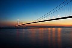 Humber-Brücke, Großbritannien an der Dämmerung lizenzfreie stockbilder