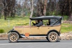 Humber 1926 9/20 Tourer, der auf Landstraße fährt Lizenzfreies Stockbild