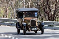 Humber 1926 9/20 Tourer som kör på landsvägen Arkivbild