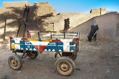 Humble o vagão colorido estacionado, Djenné. imagem de stock