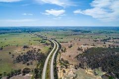 Hume Highway die door weiden en weilanden winden stock foto's