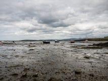 Humedales con los barcos durante la bajamar cerca de Maghery, Donegal Imagen de archivo libre de regalías