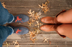 Humeur d'automne, pieds de scène d'automne et feuilles de chute images stock