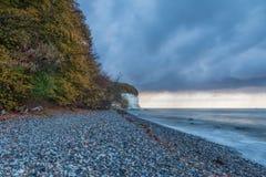 Humeur d'automne sur les falaises de craie sur la mer baltique au lever de soleil avec les nuages dramatiques images libres de droits