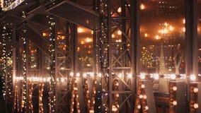 Humeur de Noël, belle illumination de LED sur la façade de café, décoration de vacances clips vidéos