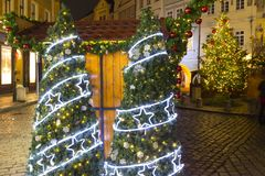 Humeur de Noël sur la vieille place de nuit, Prague, République Tchèque images stock