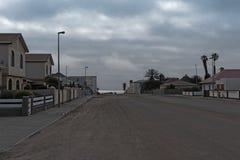 Humeur de soirée avec des nuages de pluie au-dessus de Swakopmund, Namibie photographie stock libre de droits