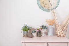 Humeur de source Décoration intérieure de vintage cabinet en pastel rose Fleurs fraîches d'anf sec sur la table en bois Une grand Images libres de droits