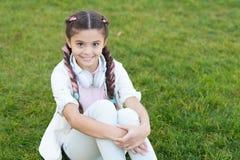 Humeur de source Joueur Mp3 [1] La petite fille écoutent musique Petite fille heureuse Livre audio Enfant dans le headpset L'enfa photos libres de droits