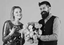 Humeur puérile Le couple dans l'amour tient le tas des ours de nounours Photo libre de droits