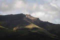 Humeurige Berg met Wolken royalty-vrije stock afbeelding