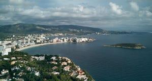 Humeurige bewolkte hemel over de Palma Nova-kustlijn, Majorca spanje royalty-vrije stock foto