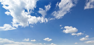 Humeurige blauwe hemel Stock Foto's