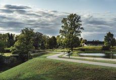 Humeurige Foto van de Weg in een Park, tussen Desaturated Hout -, royalty-vrije stock foto's