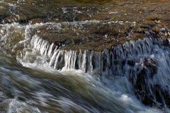 Humeurige foto van een kleine waterval Stock Foto