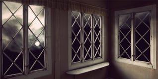 Humeurige hemel door vensters royalty-vrije stock foto's