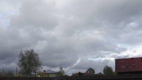 Humeurige hemel tijdens winderige en regenachtige weaher met lage wolken - de Orkaan en de hagel komen spoedig stock video