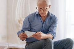 Humeurige trieste mens die een oude brief lezen royalty-vrije stock afbeelding